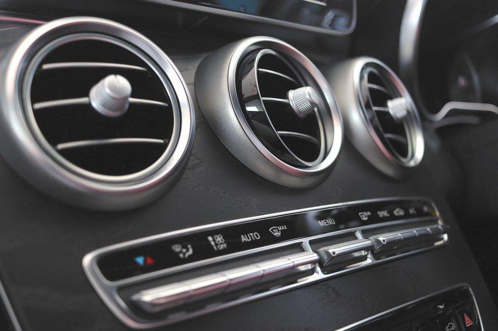 Co świadczy o tym, że trzeba wyczyścić, nabić klimatyzację samochodową?