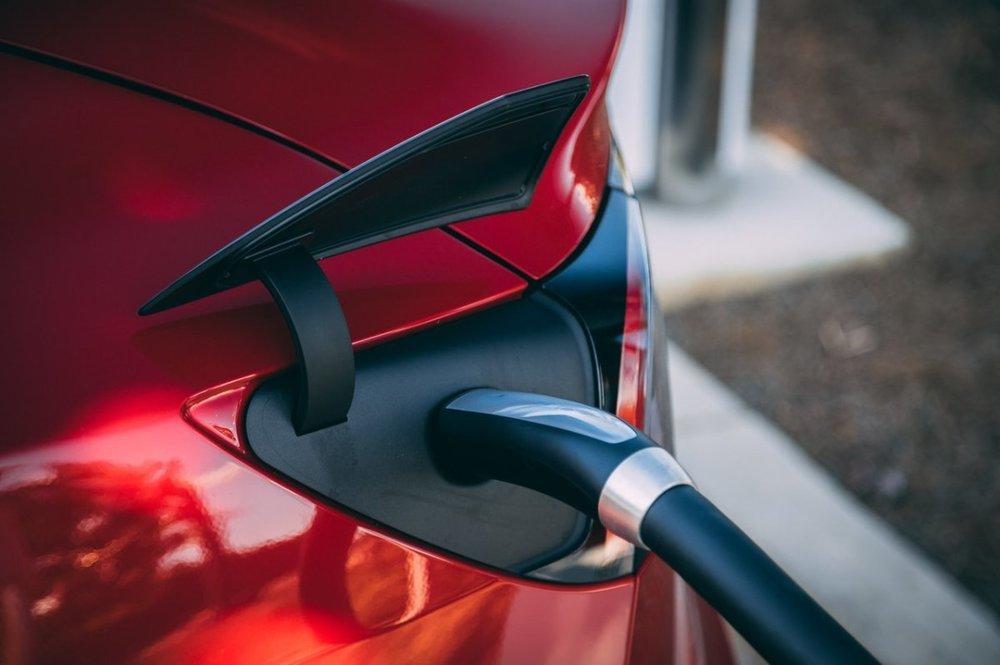 Stacje ładowania EV – projekt parkingu z ładowarkami w słupach oświetleniowych